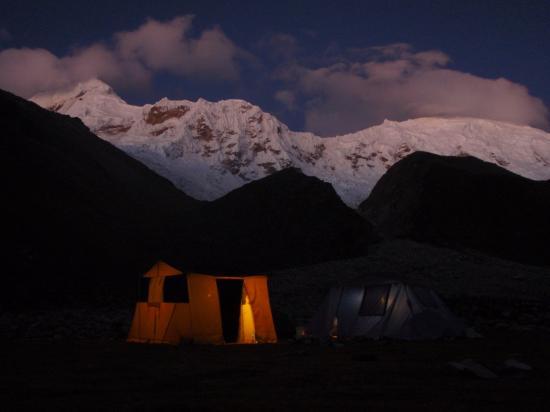 Camp de base de l'Ichinca, avec le Tocllaraju 6032m