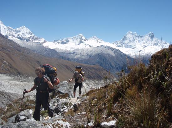 Montée au camp de base de Chopicalqui, avec le Chcraraju et le Pisco derière.